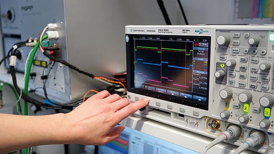 Bild 2. Prüfstand zur Validierung von RGB-LED-Modulen.