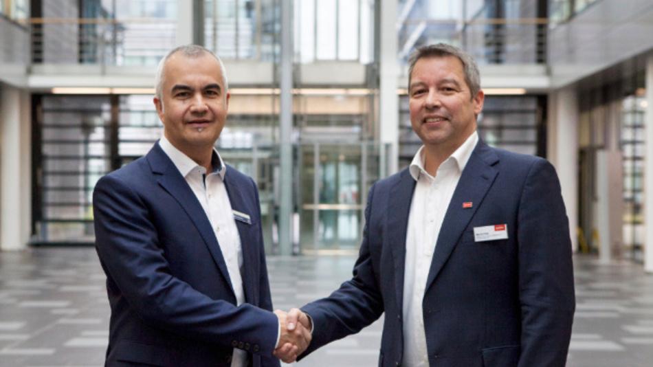 Patricio Duenas (links), General Manager der Rohde & Schwarz Vertriebs-GmbH Deutschland und Martin Pühl (rechts), Leiter Vertrieb High-End-Messtechnik und Internationalisierung beim Distributor Datatec.