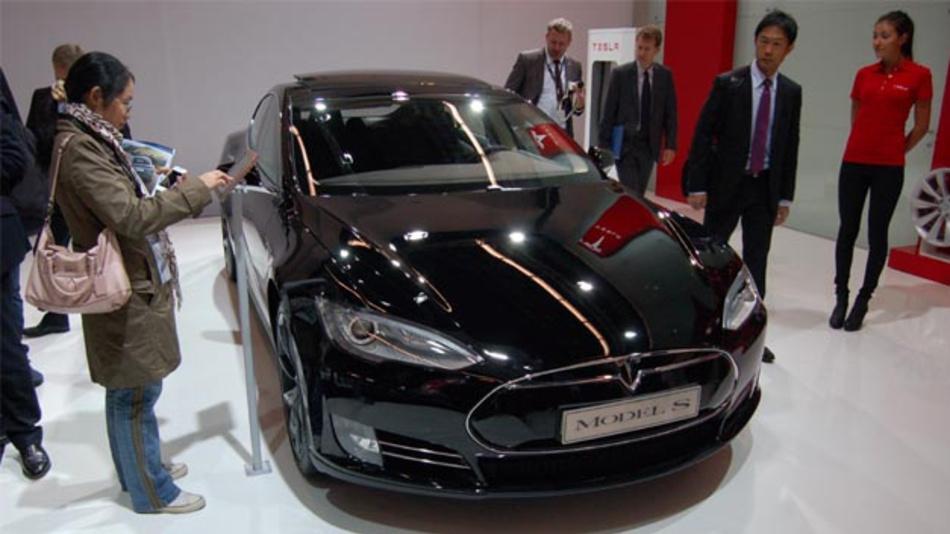 Das Model S von Tesla hat in Los Angeles ein Fahrzeug gerammt, in dem zwei Insassen zu Tode kamen.