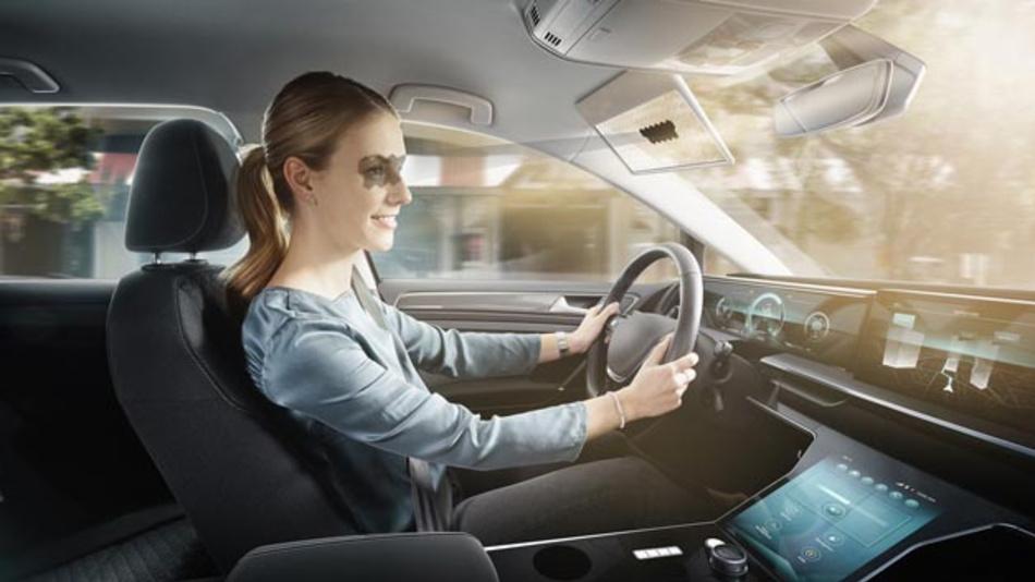 Blendendes Sonnenlicht verursacht die meisten witterungsbedingen Unfälle. Die transparente digitale Sonnenblende Virtual Visor von Bosch soll Autofahren sicherer machen. So werden auf einem transparenten LCD-Display dank künstlicher Intelligenz nur die Teilbereiche verdunkelt, durch die der Fahrer geblendet wird.