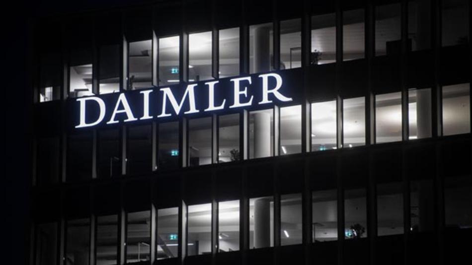 Anleger haben gegen Daimler Schadenersatzklagen im Zusammenhang mit möglichem Dieselabgasbetrug eingereicht. Die Kläger fordern vom Automobilhersteller einen Schadensersatz von 896 Millionen Euro.