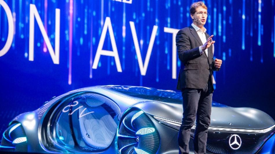 Ola Källenius, Vorstandsvorsitzender der Daimler AG, präsentiert das Konzeptfahrzeug »Vision AVTR« auf der CES 2020 in Las Vegas.