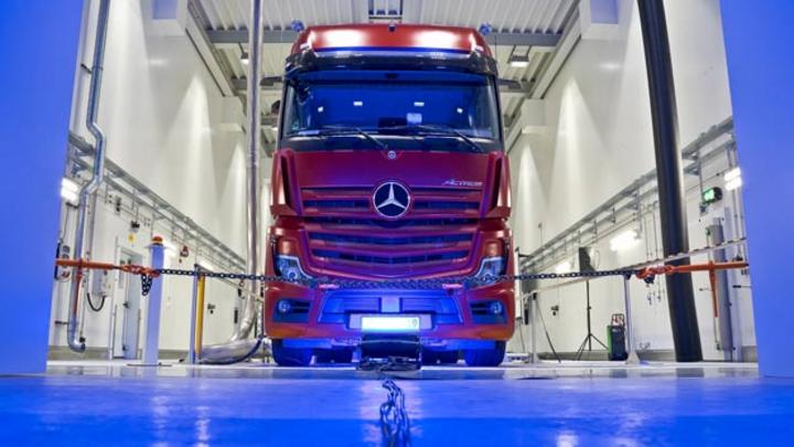 Mit der Anlage im Werk Wörth testet Mercedes-Benz seit kurzem Lkw  in Echtzeit. Im 24/7-Betrieb können Antriebsstränge, angefangen vom klassischen Dieselantrieb über Gasmotoren, Hybridantriebe bis hin zu batterieelektrischen und Brennstoffzellenantri
