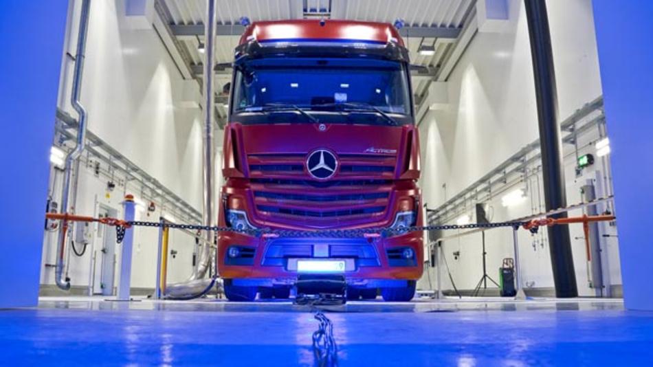 Mit der Anlage im Werk Wörth testet Mercedes-Benz seit kurzem Lkw  in Echtzeit. Im 24/7-Betrieb können Antriebsstränge, angefangen vom klassischen Dieselantrieb über Gasmotoren, Hybridantriebe bis hin zu batterieelektrischen und Brennstoffzellenantrieben unter realistischen Fahrbedingungen auf dem Prüfstand simuliert und zur Serienreife entwickelt werden.