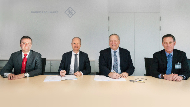 Von links: Dr. Matthias Weidinger (Vice President Procurement bei Rohde & Schwarz), Dr. Marc Sesterhenn (Executive Vice President Operations bei Rohde & Schwarz), Jeff Benck (CEO Benchmark), Mike Buseman (COO Benchmark).