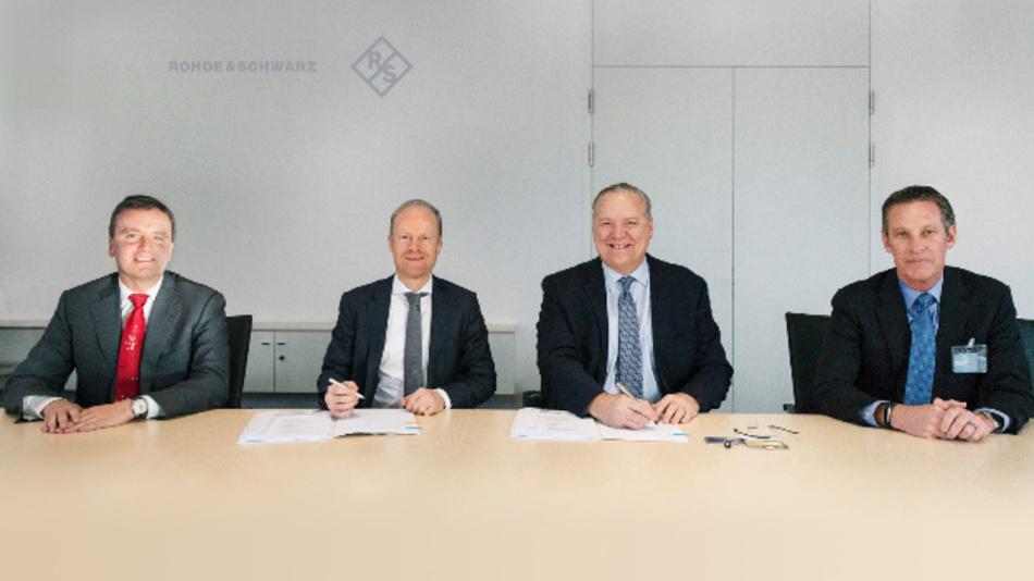 Von links: Dr. Matthias Weidinger (Vice President Procurement bei Rohde & Schwarz), Dr. Marc Sesterhenn (Executive Vice President Operations bei Rohde & Schwarz), Jeff Benck (CEO Benchmark), Mike Buseman (COO Benchmark).