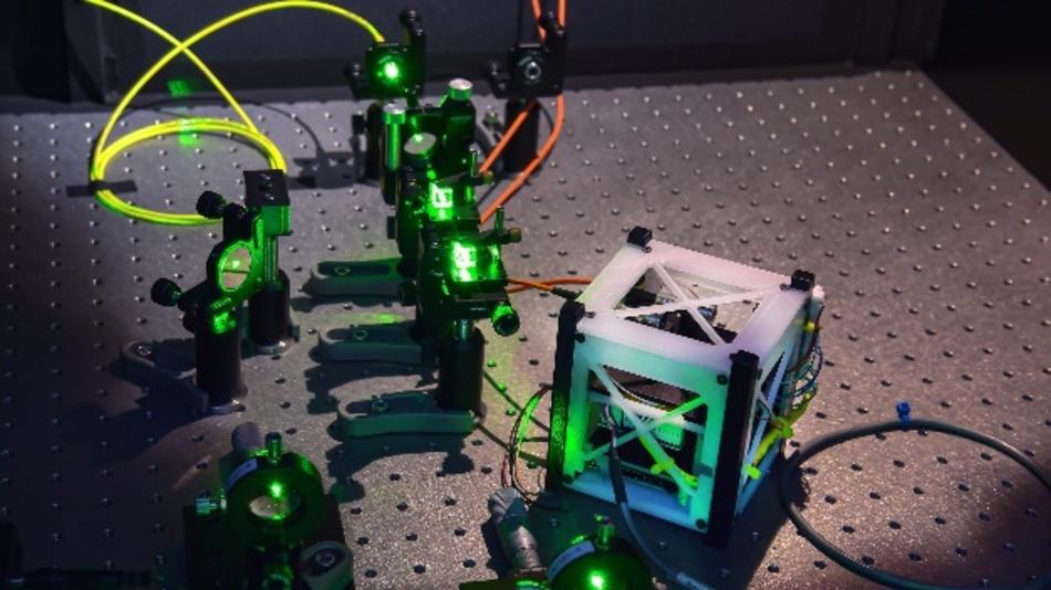 Prototyp einer Einzelphotonenquelle in zweidimensionalem Bornitrid für Quantenkommunikations-Anwendungen unter Weltraum-Bedingungen.
