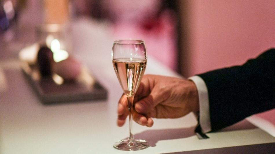 Die USA drohen Frankreich mit der Einführung von Zöllen u.a. auf Champagner und Käse.