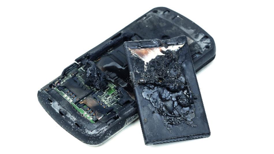 Bild 3: Schwerwiegende Folgen eines thermischen Durchgehens: Mobiltelefon und Batterie sind komplett zerstört.