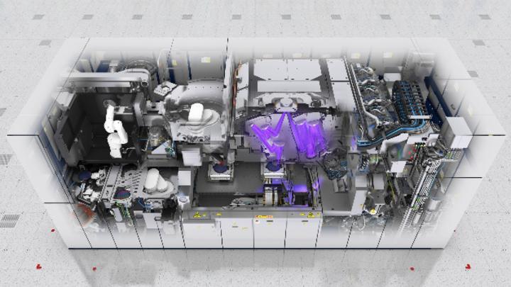 Blick von oben in eine EUV-Lithografiemaschine von ASML. Die Spiegeloptik befindet sich im Vakuum.