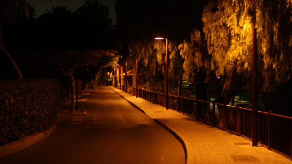 So sollte eine Straßenbeleuchtung aussehen: Eine Full-cut-off-Leuchte mit warmer Lichtfarbe.