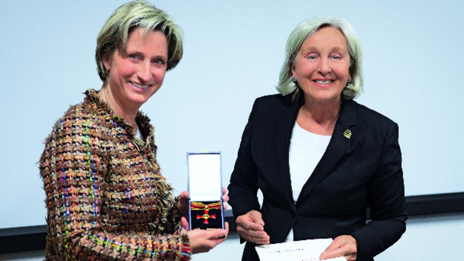 Renate Pilz (rechts) bekommt das Bundesverdienstkreuz am Bande von der baden-württembergischen Wirtschaftsministerin Dr. Nicole Hoffmeister-Kraut überreicht.