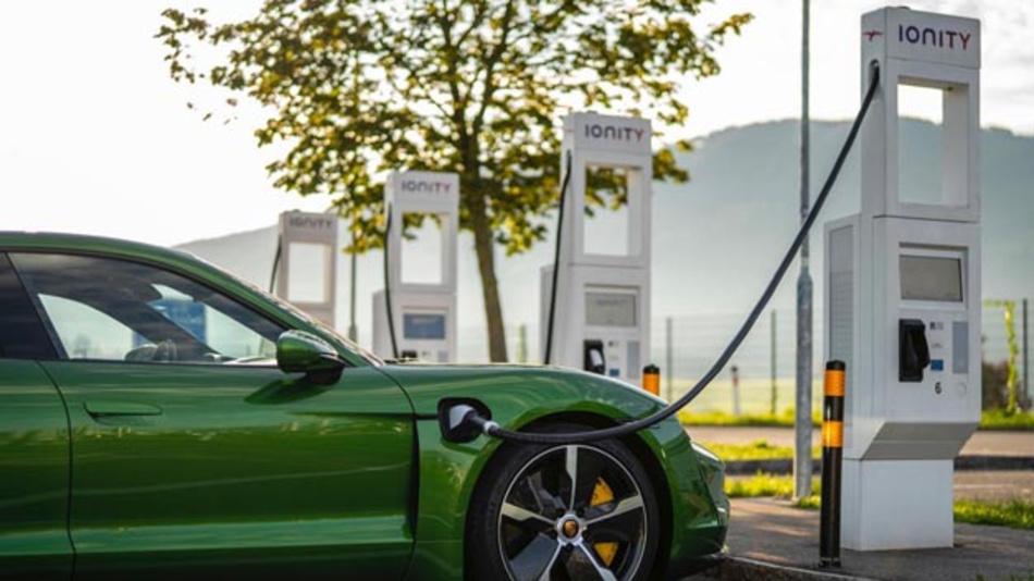 Für Besitzer eines Taycans ist der Porsche Charging Service drei Jahre inklusive. Der Ladeservice verzeichnet mittlerweile mehr als 100.000 AC- und DC-Ladepunkte in zehn Ländern.