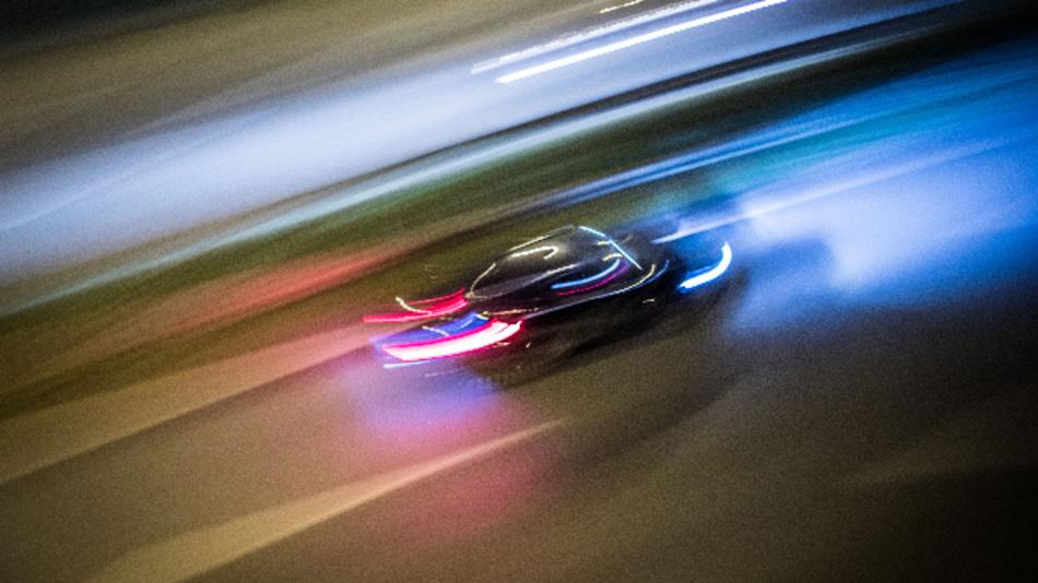 Vorbei die Zeiten, als ein helles Armaturenbrett und zwei Innenlampen die einzigen Lichtquellen waren: In vielen Autos leuchtet, blitzt und glimmt es an allen Ecken und Enden.