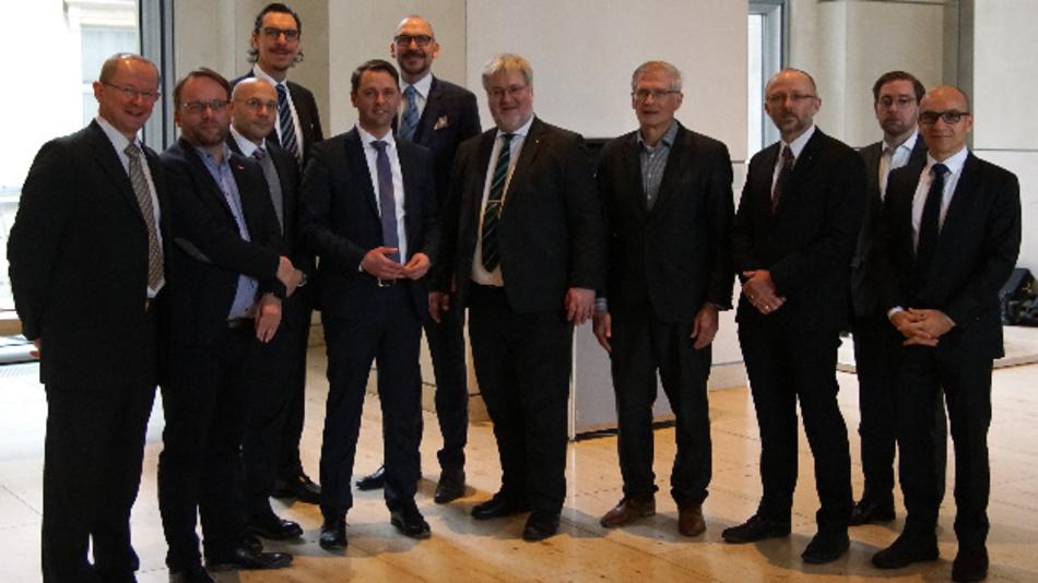 Die Mitglieder der Initiative aus Politik und Wirtschaft beim Kick-off im Deutschen Bundestag.