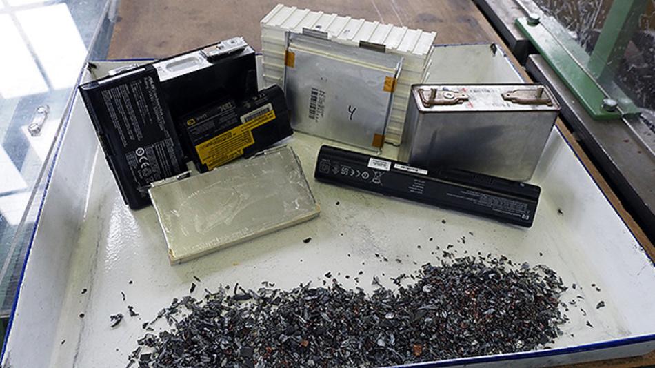 Die Forscher der TU Freiberg setzen beim Recycling von Lithium-Ionen-Batterien auf Zerkleinerung.