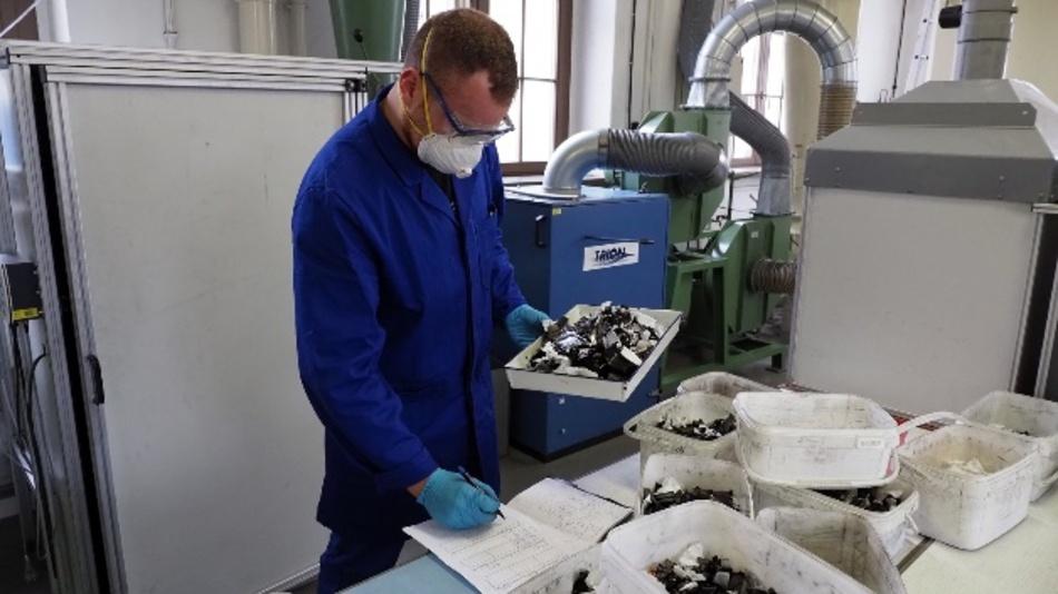 Student Paul Reitemeyer beim Sortieren des geschredderten Materials.