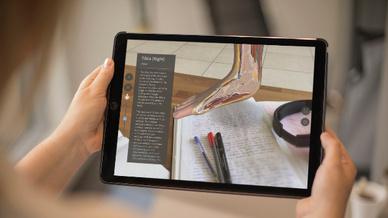 Mithilfe von AR-Anwendungen ergeben sich beispielsweise neue Möglichkeiten bei der Ausbildung von angehenden Ärzten und medizinischem Fachpersonal.