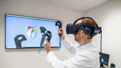 Mittels Handbewegungen können die Mediziner die Bilder und 3D-Modelle bewegen, die Perspektive ändern und virtuell »anfassen«.