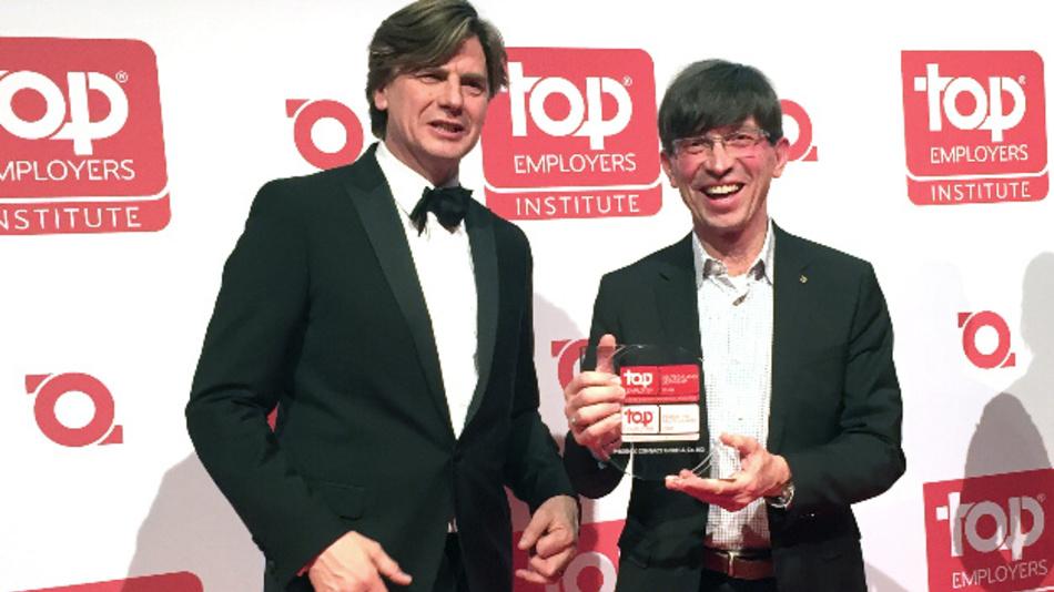Hans Rothweiler, Top Employers Institute, überreicht die Auszeichnung an Prof. Dr. Gunther Olesch, Phoenix Contact. (v.l.n.r.)