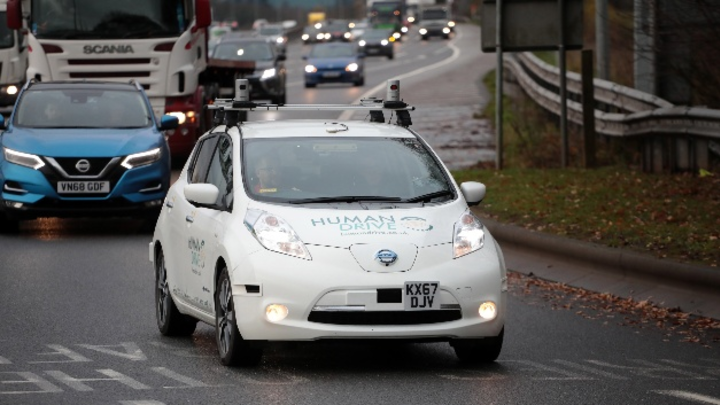 Absolvierte sowohl Kreisverkehre als auch Strecken auf Autobahnen: Der Nissan Leaf bei seiner 370 km langen autonomen Fahrt in Großbritannien.