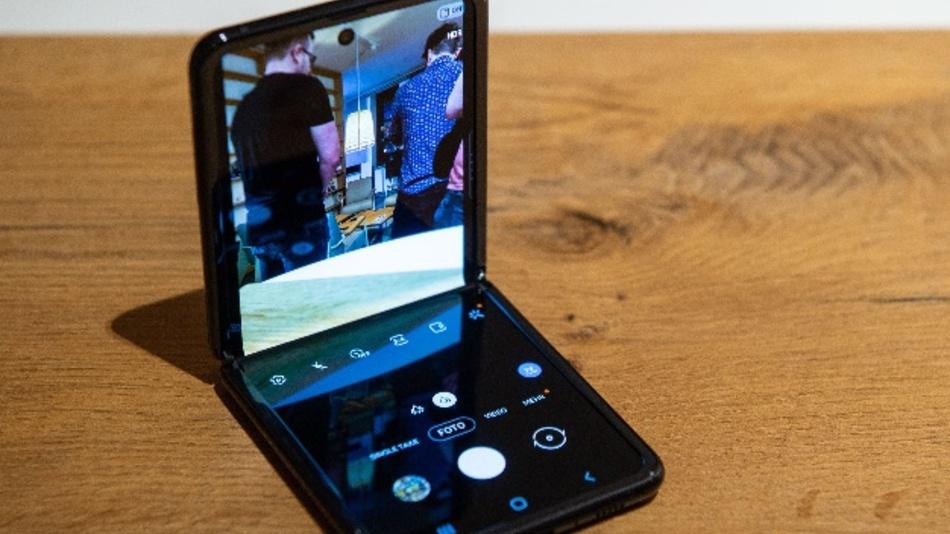 Samsungs neues Falt-Smartphone Z Flip. Das Gerät lässt sich auf die Größe eines herkömmlichen Telefons aufklappen und ist zusammengefaltet so groß wie eine Puderdose.