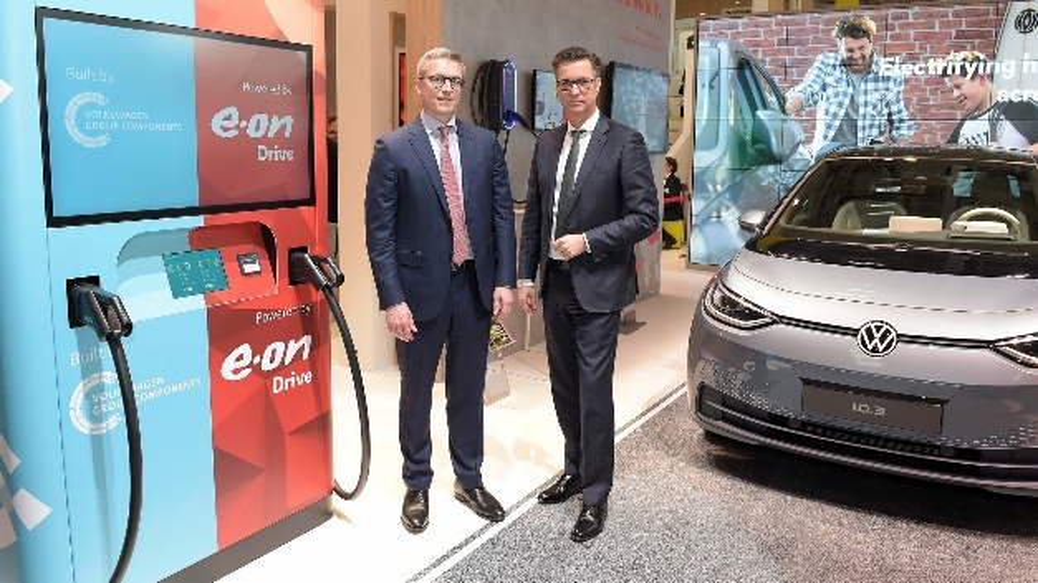 E.on-Vorstandsmitglied Karsten Wildberger (links) und der Vorstandsvorsitzende der Volkswagen Group Components Thomas Schmall.