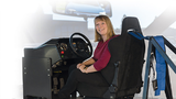 Frau im Simulator