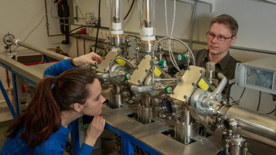 Zur Herstellung der dünnen YBCO-Schichten nutzten Dr. Matvey Lyatti, Dr. Irina Gundareva und ihre Kollegen ein am Jülicher Institut entwickeltes Sputtersystem. Dabei werden Targetatome durch ein Hochdruck-Sauerstoffplasma gesputtert und in dünnen Schichten auf ein spezielles, auf hohe Temperatur erhitztes Substrat abgeschieden.