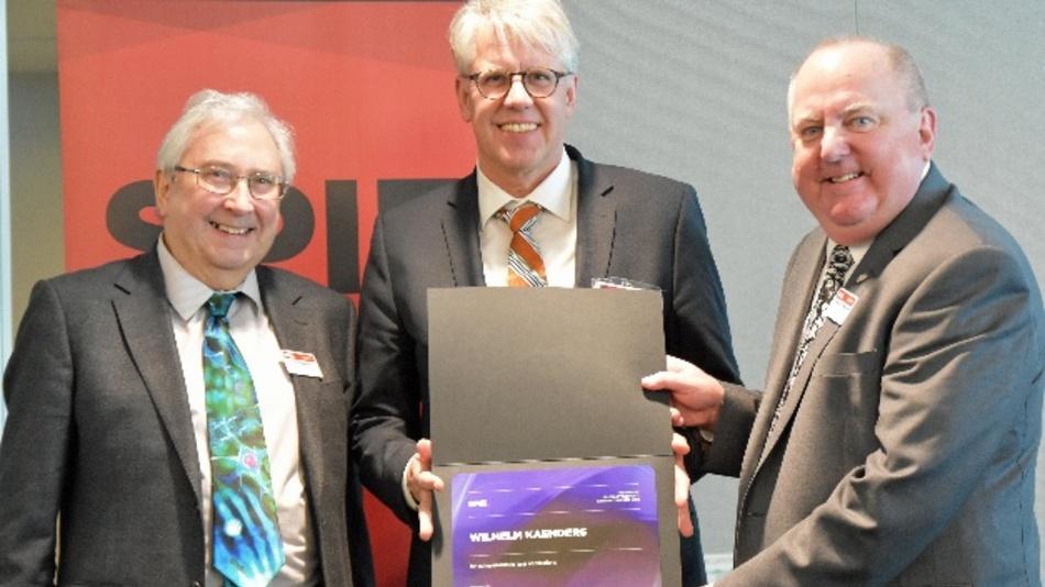 Die beiden SPIE Präsidenten David Andrews, (links), und John Greivenkamp, (rechts), überreichten den Preis an Dr. Wilhelm Kaenders (Mitte).