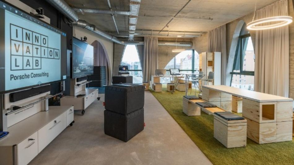 Das Porsche Consulting Innovation Lab in Berlin wurde für eine optimale Zusammenarbeit und beschleunigte Entscheidungsfindung konzipiert. Digitale Technik unterstützt die Entwicklung neuer Produkte, Services, Geschäftsmodelle und Strategien.