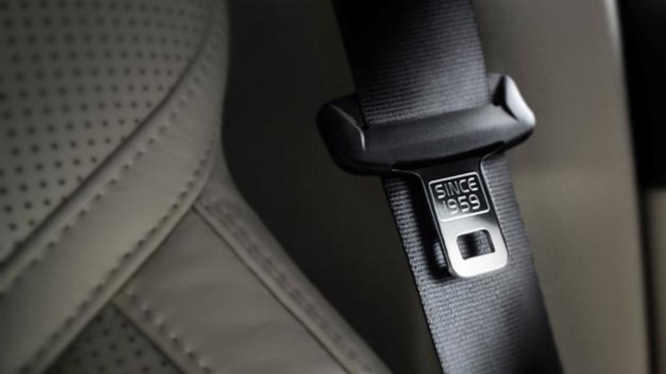 Der Dreipunkt-Sicherheitsgurt, der 1959 von Volvo Cars erstmals eingeführt wurde, ist bis heute das wichtigste Sicherheitsmerkmal eines Autos. Der Hersteller arbeitet daran, das Sicherheitsniveau im Straßenverkehr weltweit zu erhöhen.