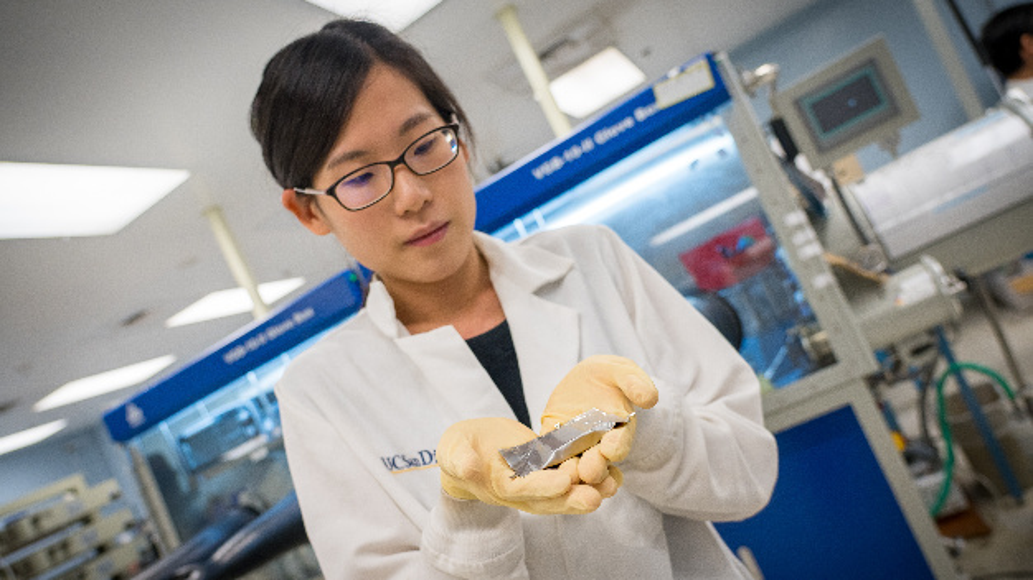 Promotionsstudentin An Huang hält eine Lithium-Metall-Batterie, die mit dem Bauteil ausgestattet ist.