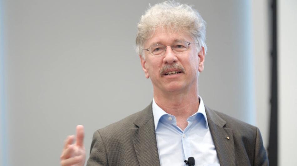 Prof. Karlheinz Blankenbach ist Vorsitzender im Konferenzbeirat der electronic displays Conference und Vorstandsmitglied des Deutschen Flachdisplay-Forums (DFF). Seit 1995 forscht und lehrt er an der Hochschule Pforzheim.