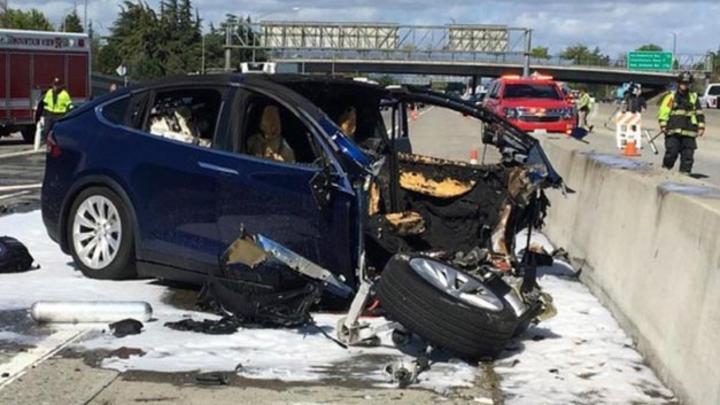 Die Unfallszene nach dem tödlichen Unfall mit einem Tesla Modell X auf dem Highway 101 bei Mountain View im März 2018, bei dem das Fahrzeug vom Autopilot in einen Betonpoller zwischen den Fahrspuren gelenkt wurde. Aufgrund derartiger Fälle wollen die