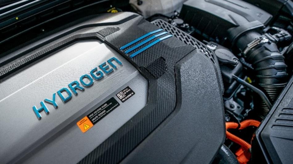 Bei einer Umfrage der Unternehmensberatung PwC unter Führungskräften der Automobilbranche forderten 83 Prozent von der Politik eine technologieoffenere Unterstützung von Mobilität und nicht nur die Förderung batterieelektrischer Fahrzeuge.