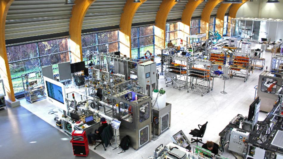 Das Forscherteam des Fraunhofer IOSB-INA testet die Datenübertragung per Licht unter realen Bedingungen in der SmartFactory OWL in Lemgo.