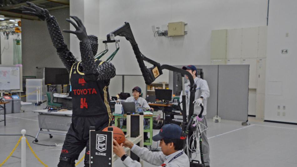 Ein elfköpfiges Team hat den Basketball-Roboter in knapp zwei Jahren entwickelt.