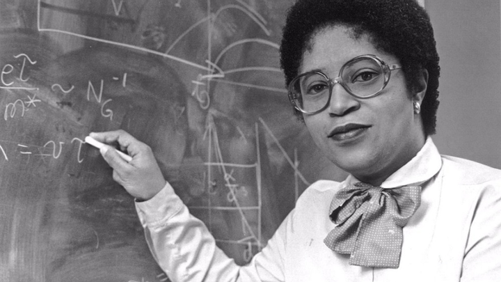 Dr. Shirley Jackson war 1973 die erste Frau, die am renommierten MIT einen Doktortitel erhielt. Während sie bei Bell Laboratories arbeitete, gelangen ihr bahnbrechende Forschungsarbeiten, die es anderen Forschern ermöglichten  das mobile Fax, das Ton