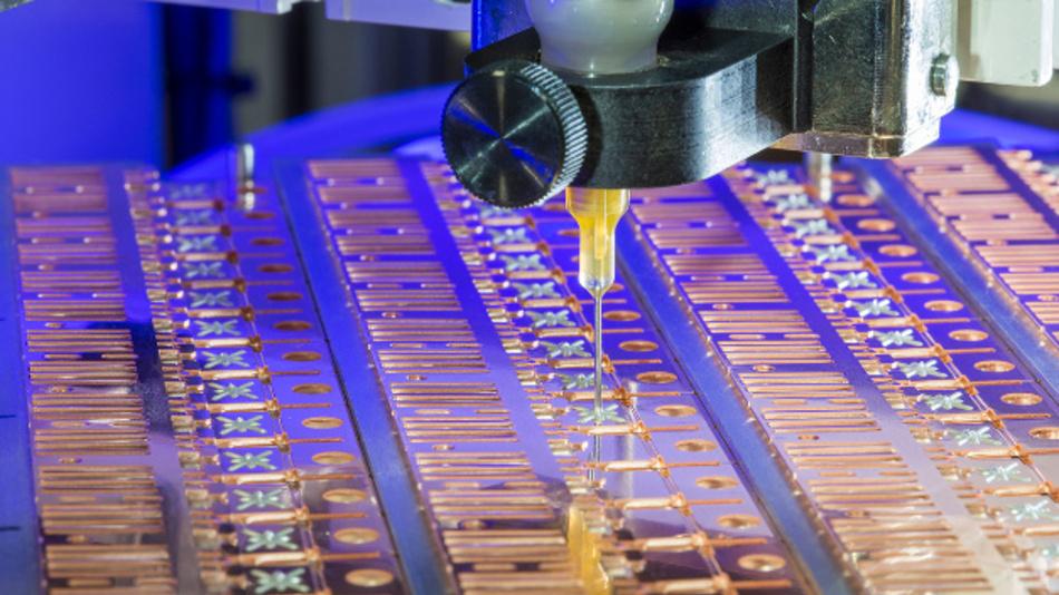 Heraeus liefert nicht nur die entsprechenden Sinterwerkstoffe, sondern stellt auch sein Prozesswissen zur Verfügung. In eigenen Applikationszentren für Leistungselektronik unterstützt das Unternehmen Hersteller bei der Verbesserung ihrer Prozesse.