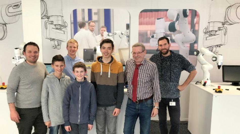 Schüler und Lehrer aus Starnberg gemeinsam mit TQ-Mitarbeitern im Franka Solution Center in Durach.