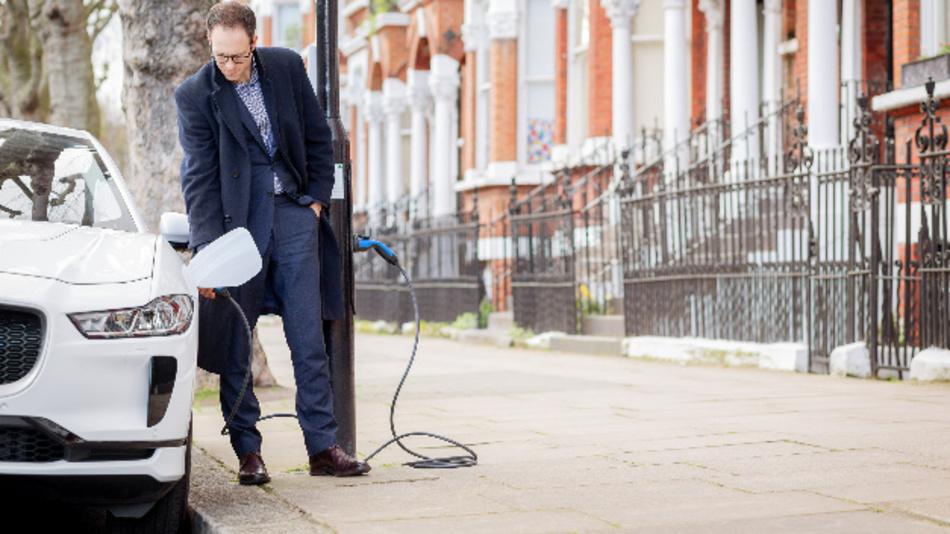 Die Sutherland Avenue ist die erste vollständig umgerüstete Wohnstraße Großbritanniens, in der Elektrofahrzeuge an Straßenlaternen aufgeladen werden können.