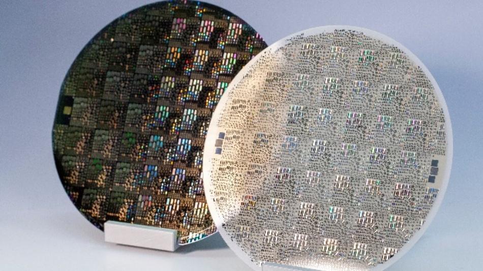 Prozessierte Oberflächenwellenstrukturen (SAW-Strukturen) auf AlScN/Si (links) und AlScN/Al2O3 (rechts).