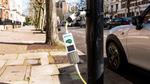 Autos zapfen Strom an der Straßenlaterne