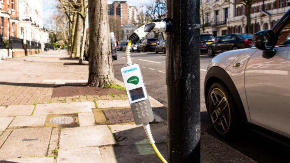 Bild 2. Mit dem Ladesystem von Siemens und Ubitricity lassen sich Elektrofahrzeuge an den umgerüsteten Straßenlaternen der 'Electric Avenue, W9' aufladen.
