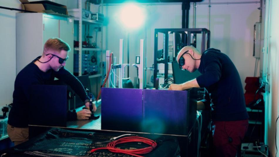 Robin Behle (links) und Axel Sielaff führen im Labor des TTD Untersuchungen zum Strömungsfeld durch.