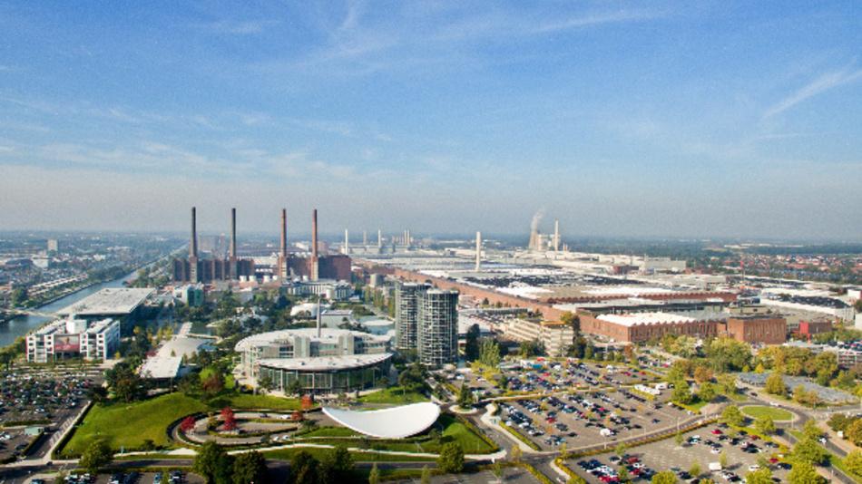 Das Volkswagen-Werk mit der Autostadt. Als Folge aus der Coronakrise schließt VW vorübergehend Werke in Europa. Die Fertigung soll für voraussichtlich zunächst zwei Wochen ruhen.