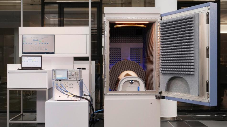 Testsystem R&S TS8980 mit Erweiterung durch Radio Communication Tester und Messkammer für Konformitätstests im FR1- und FR2-Band an 5G-NR-fähigen Endgeräten.
