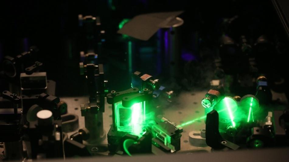 """Die Oldenburger Arbeitsgruppe """"Ultraschnelle Nano-Optik"""" untersucht Vorgänge in der Nanowelt mit Hilfe von Lasern, die extrem kurze Lichtblitze aussenden."""