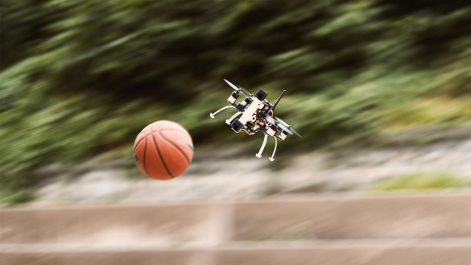 Die Drohne kann erfolgreich auszuweichen – sogar wenn der Ball aus drei Metern Entfernung mit 10 m/s auf sie zukommt.